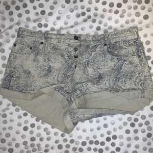 Roxy patterned shorts with front button details!!